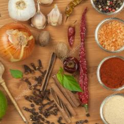 Kitchen Tables & More Outdoor Exhaust Hoods 烹饪 制备香料的喜悦 等各种香料在木板上 准备食物 在厨房的桌子上 在厨房的桌子上香料 照片作者marsan