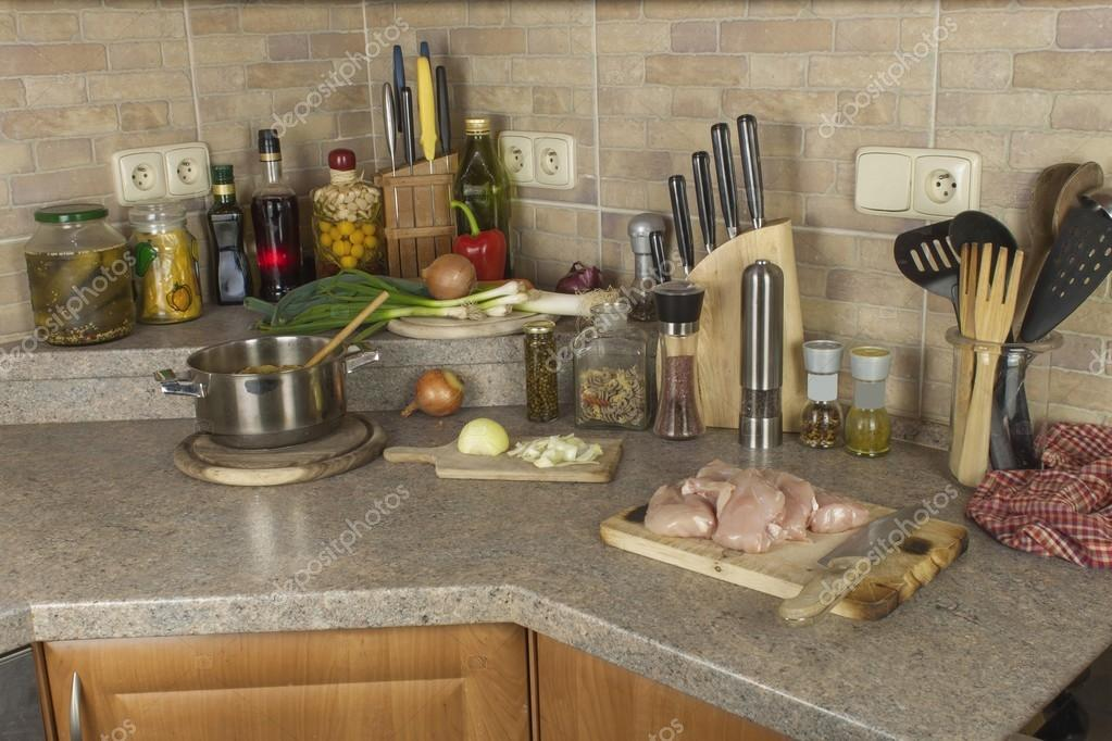 kitchen tables round grohe faucet hose 家庭作业鸡肉 切片鸡胸肉圆角 厨房烹饪食材的桌子 图库照片 c marsan
