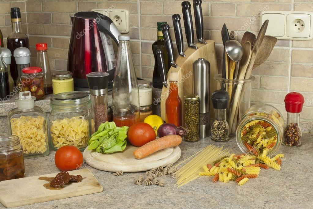 kitchen table round modern countertops 家庭作业面食 面食 香料和蔬菜在厨房的桌子上 图库照片 c marsan 73696241 图库