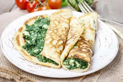 Cuisine méditerranéenne : crêpes farcies au fromage et aux épinards — Photo