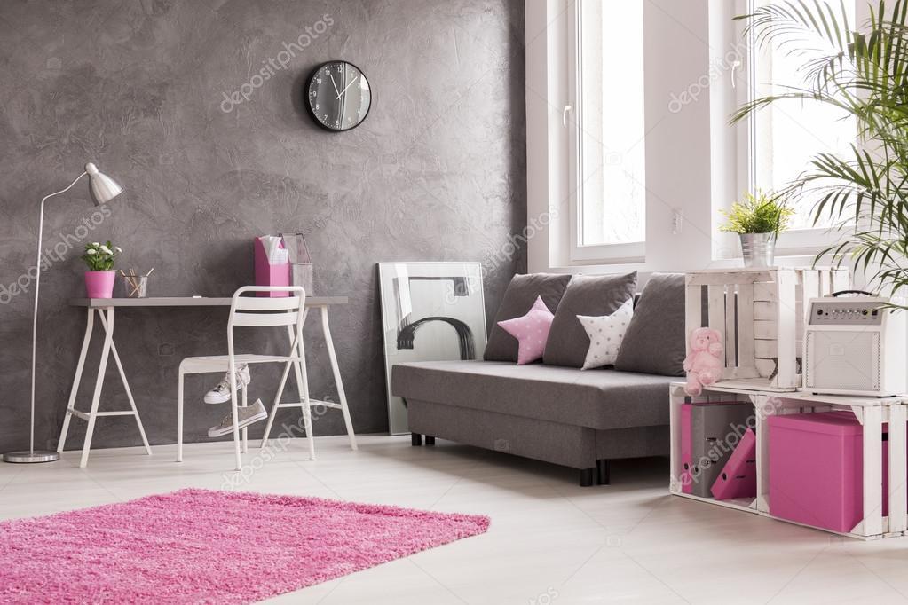 Grijs woonkamer met roze en witte details  Stockfoto