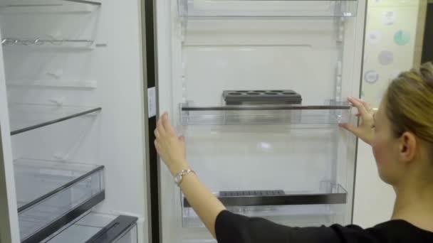 kitchen store com modular outdoor kitchens lowes 一个人检查冰箱在厨房商店 图库视频影像 c probakster 97152852