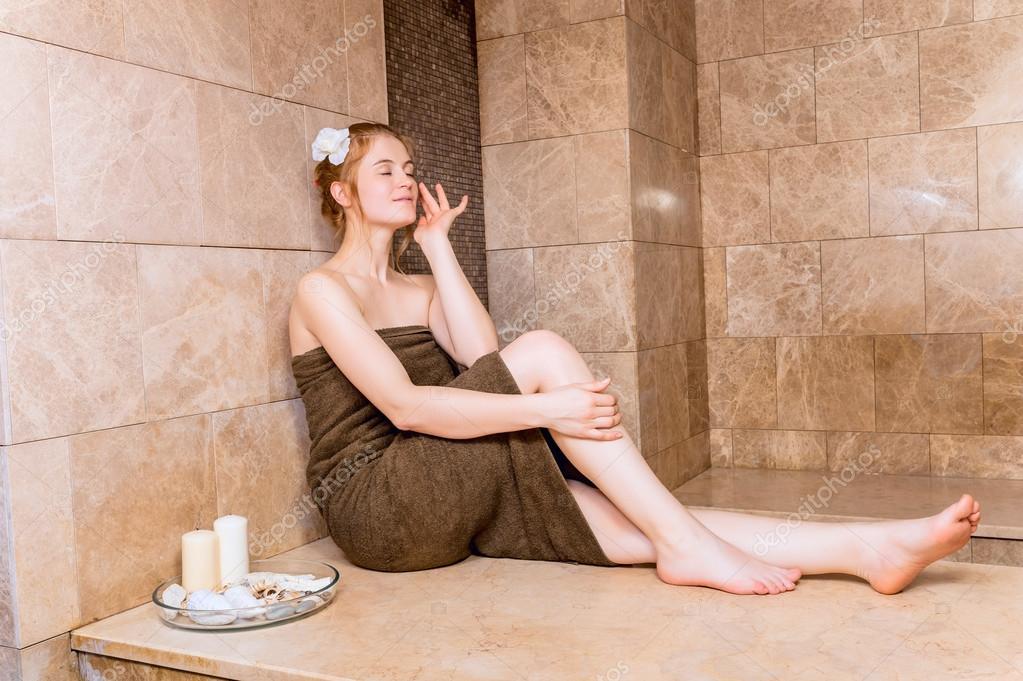 une femme heureuse dans le hammam ou bain turc en relax  Photographie JoeL  105367452