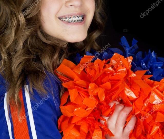 Cheerleader Teen Ritratto Holding Pon Pon Sorridente Foto Di Sixdays