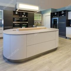 Designer Kitchen Space Savers Cabinets 大设计师厨房岛与圆角和上漆 战线 图库照片 C A4ndreas 123257890