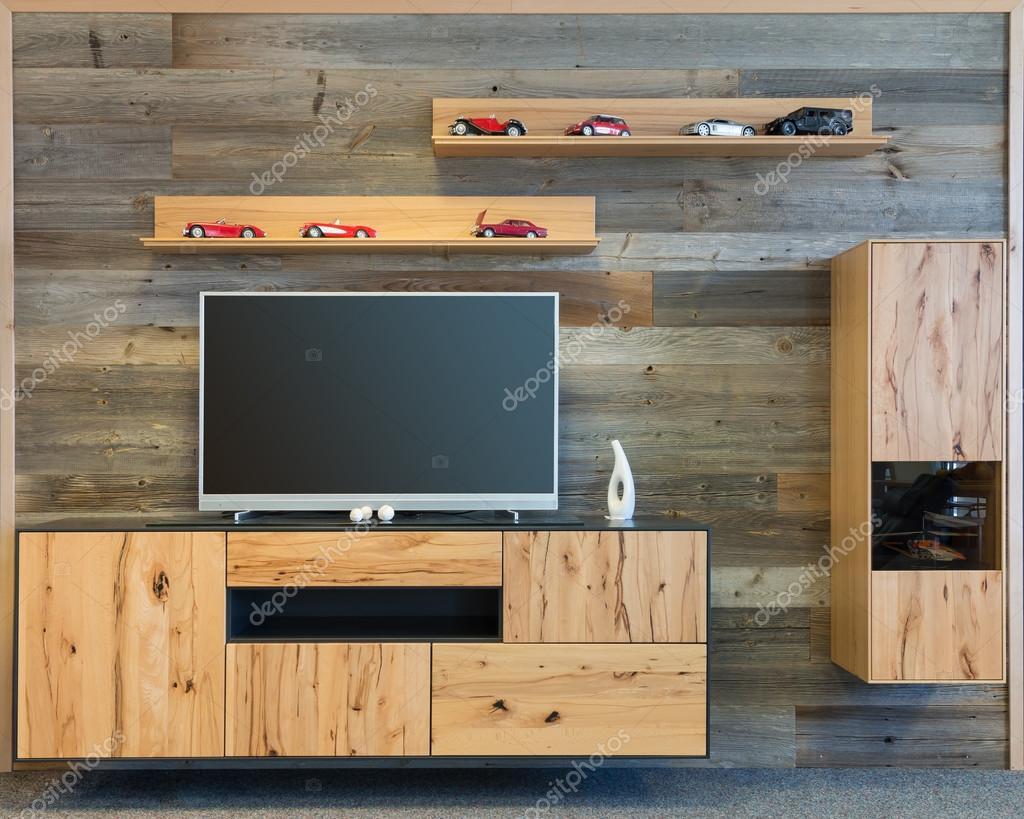 ontwerper woonkamer muur met houten tvkast en plank
