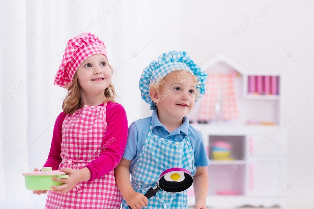 kids wooden kitchen farmhouse sink 孩子玩玩具厨房 图库照片 c famveldman 114351696 小女孩和男孩在厨师帽和围裙烹饪玩具厨房里的煎的鸡蛋 幼儿的木制玩具 孩子们玩耍和厨师在家里或日托 蹒跚学步的宝宝在玩与炉子 盘子和碗