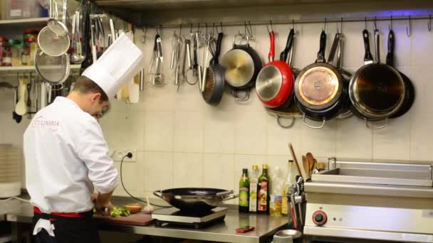 kitchen chief countertops cheap 厨师在厨房厨师电话 餐厅 食品 图库视频影像 c thopter 58757783