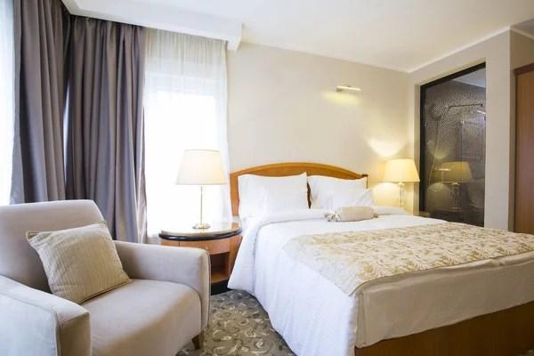 Luxe slaapkamer in pastelkleuren in een neoclassicistische