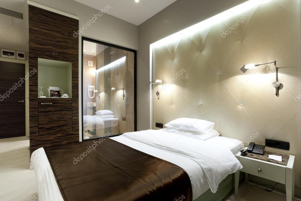 chambre dhtel de luxe avec douche visible depuis la chambre  coucher  Photographie rilueda
