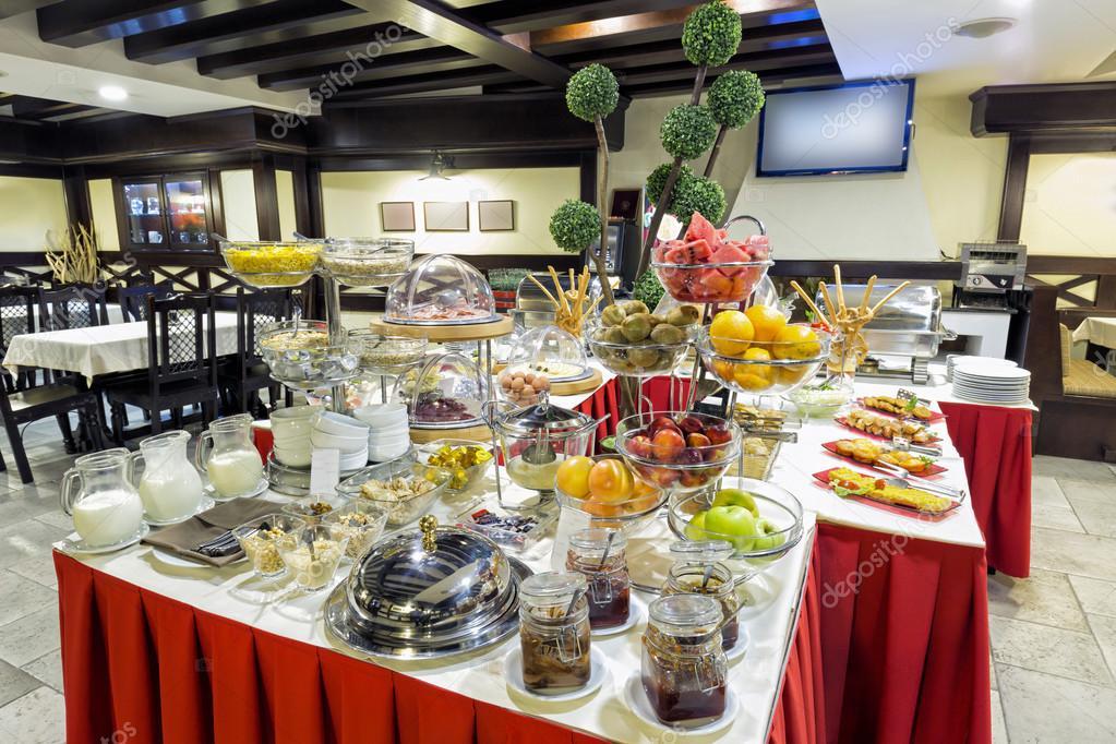 Desayuno servido en mesa buffet  Foto de stock  rilueda