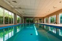 Lange berdachte Swimmimg Pool resort  Stockfoto ...