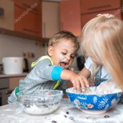 Kitchen Kid Aid Mixer On Sale 孩子们在厨房里玩 图库照片 C Simbiothy 65494849 妈妈在厨房与孩子有乐趣 照片作者simbiothy