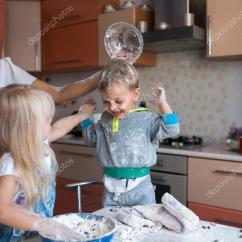 Kitchen Kid Water Filter 孩子与母亲在厨房 图库照片 C Simbiothy 65494925 妈妈在厨房与孩子有乐趣 照片作者simbiothy