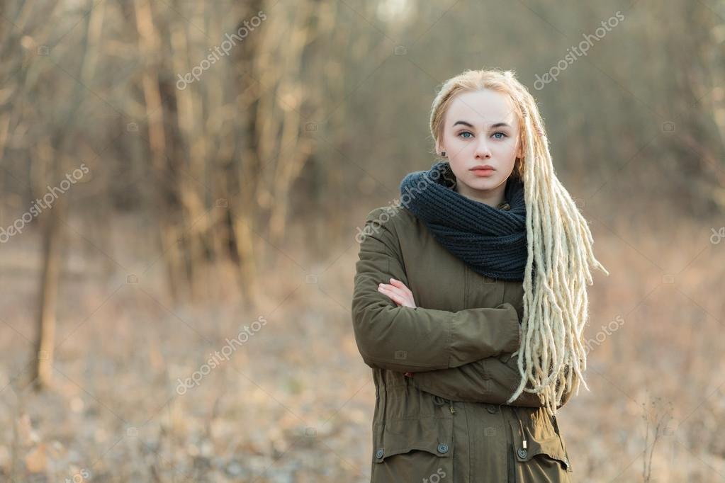 Schöne Hipster Blonde Frau In Schal Und Parka Mit Dreadlocks
