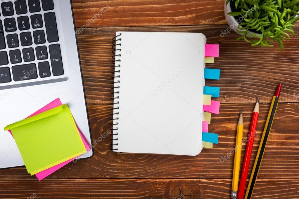 bureau table bureau avec pc papier froisse coupe fournitures stylo bloc note vide blanc de fleurs sur fond en bois vue de dessus images de stock