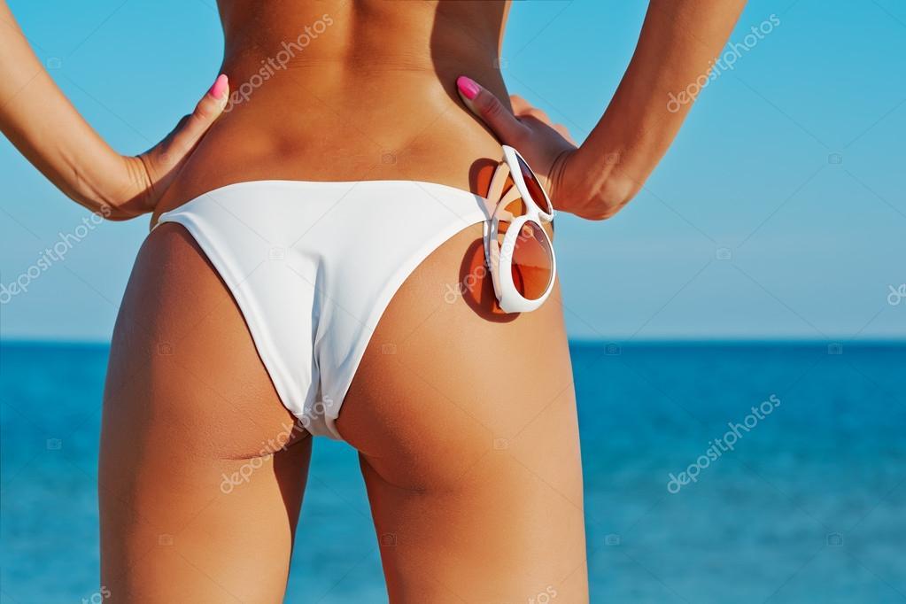 Sexy achterkant van een mooie vrouw in bikini op zee