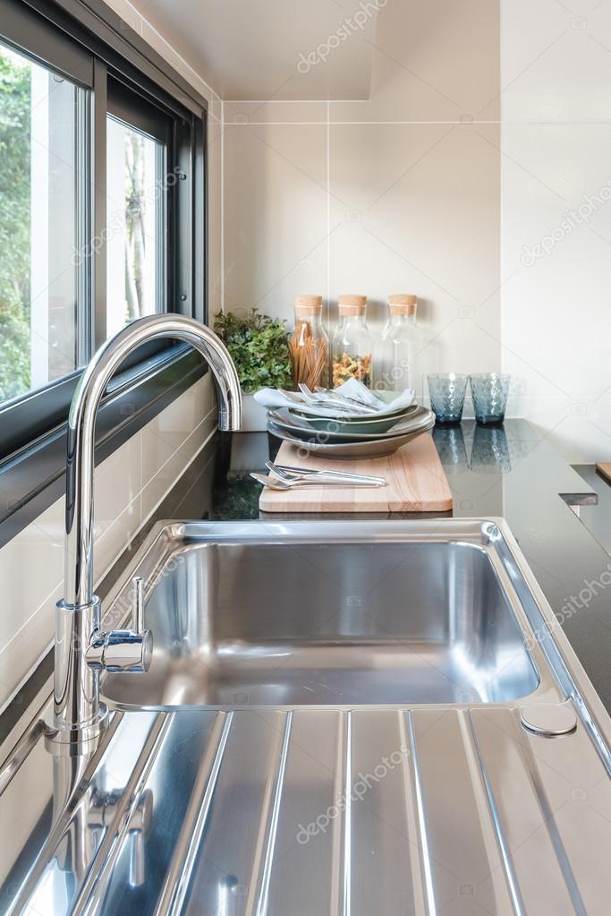 black sink kitchen orange wallpaper 厨房的水槽与黑色柜台上水龙头 图库照片 c khongkitwiriyachan 118100622