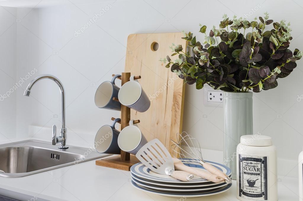 kitchen pantry sink and cabinet 架子上的现代白色食品储藏室 图库照片 c khongkitwiriyachan 61718865