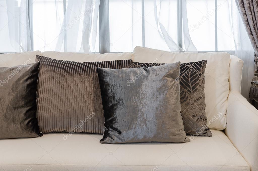 cuscini marroni su bianco divano nel salotto di lusso  Foto Stock  khongkitwiriyachan 63684955