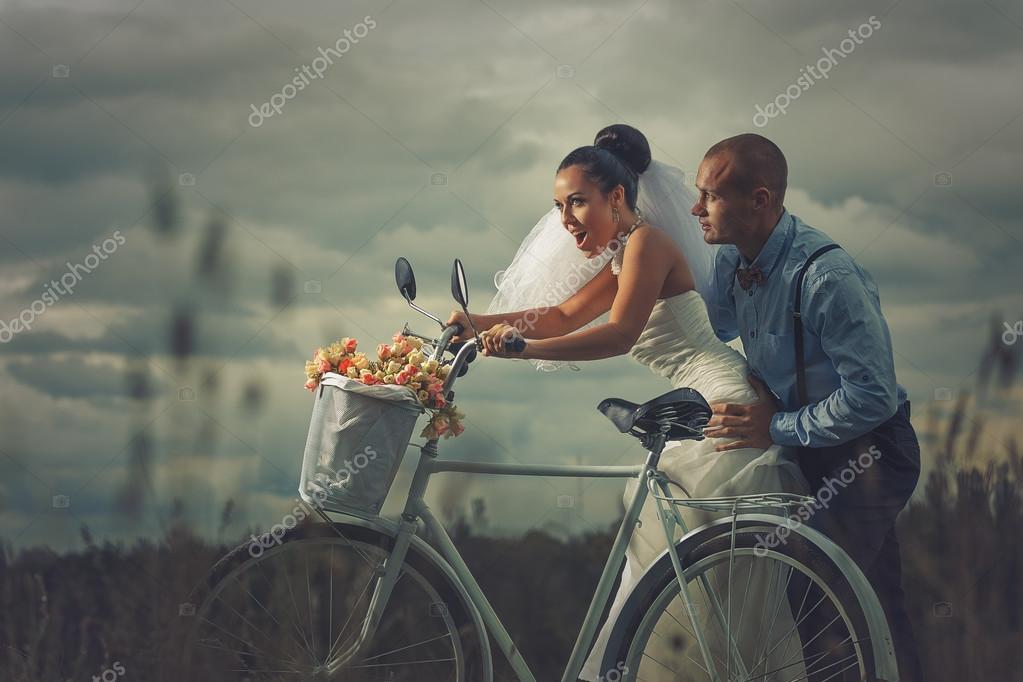 Brautpaar auf Fahrrad  Stockfoto  korolOK 68244189