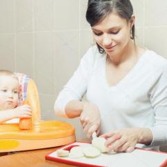 Ellas Kitchen Baby Food Black Faucet With Sprayer 妈妈做饭 婴儿食品的制备 图库照片 C Petunyia 95627292 母亲做饭 婴儿食品的准备工作 婴儿食物 食谱 婴儿护理 健康营养 膳食 孩子坐在高脚椅桌上 厨房 回家 新鲜水果 梨 苹果 胡萝卜在桌子上