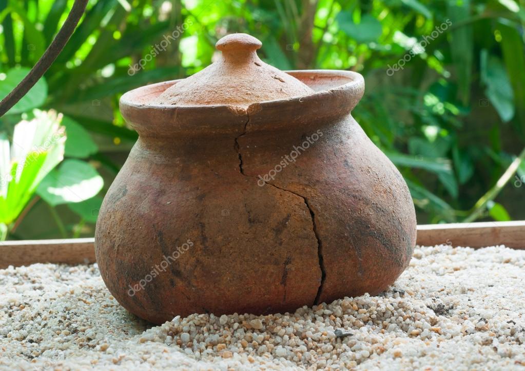kitchen pottery canisters cabinet finishes 破碎的陶罐或porttery 在外面厨房roo 的白色沙滩上 图库照片 c tumsubin 破碎的陶罐或厨房房间外的白色沙滩上porttery 照片作者tumsubin