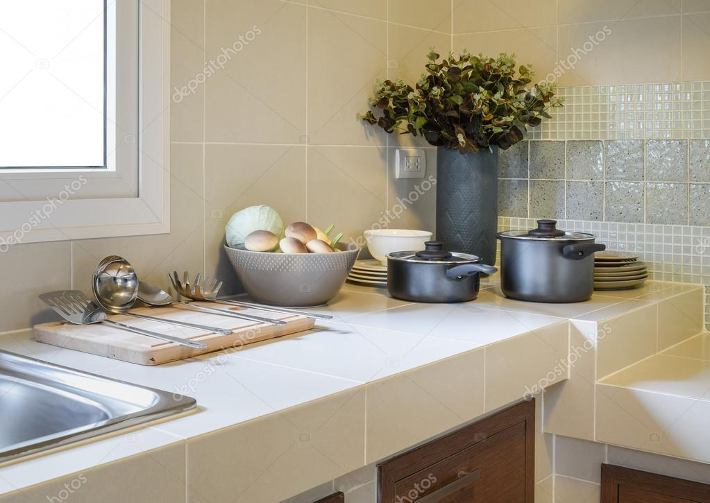 kitchen pantry heavy duty shears 厨房用具的现代食品储藏室 图库照片 c worldwide stock 119921244