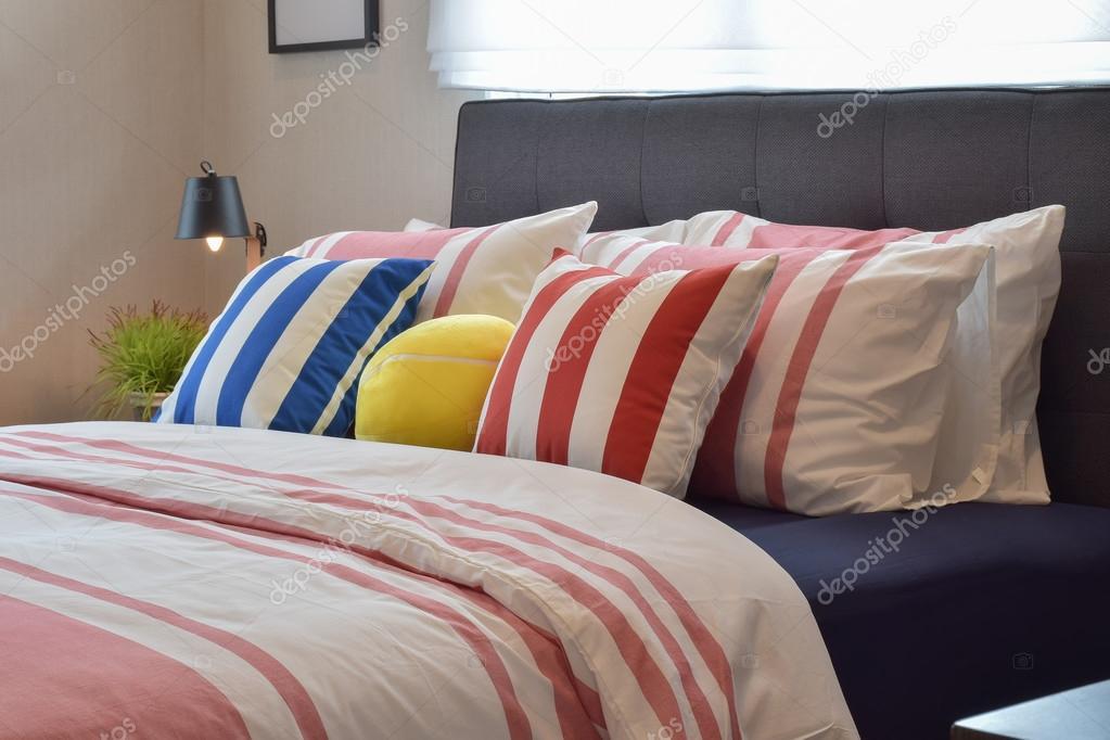 interieur de chambre a coucher moderne avec oreillers et lampe de lecture sur la table de chevet images de stock libres de droits