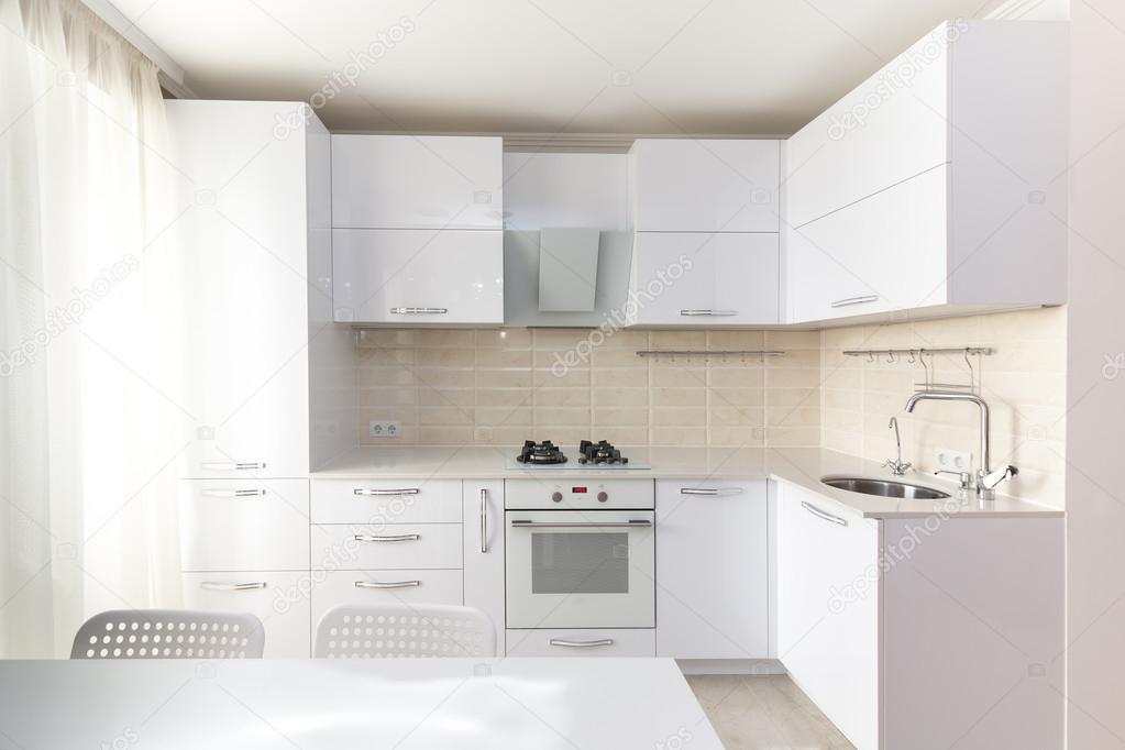 Cocina moderna brillante blanco  Foto de stock  Rois010 112566624