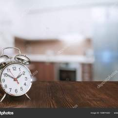 Wooden Kitchen Clock Best Material For Sink 木制的桌子上的时钟 图库照片 C Avlntn 165874330