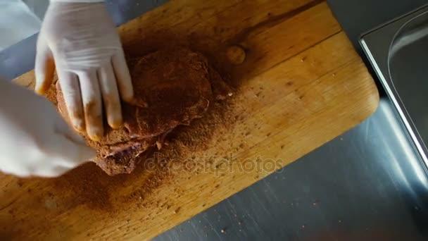 kitchen cutting boards extra large sinks double bowl 特写的专业厨师人准备用香料在餐厅厨房砧板上的肉 图库视频影像