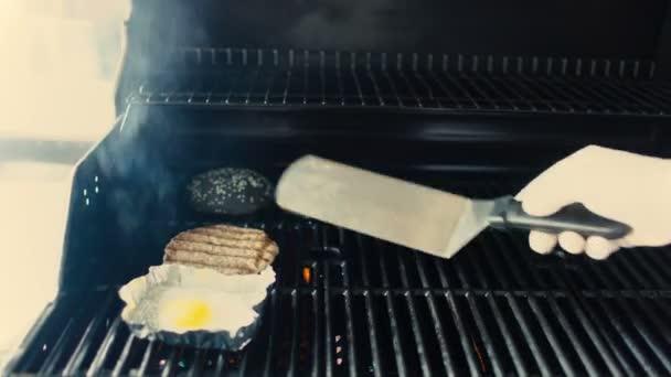 kitchen grills bench with storage 厨师准备黑色汉堡餐厅厨房在烤架上的鸡蛋和肉饼的特写 图库视频影像 厨师准备黑色汉堡餐厅厨房在烤架上的鸡蛋和肉饼的
