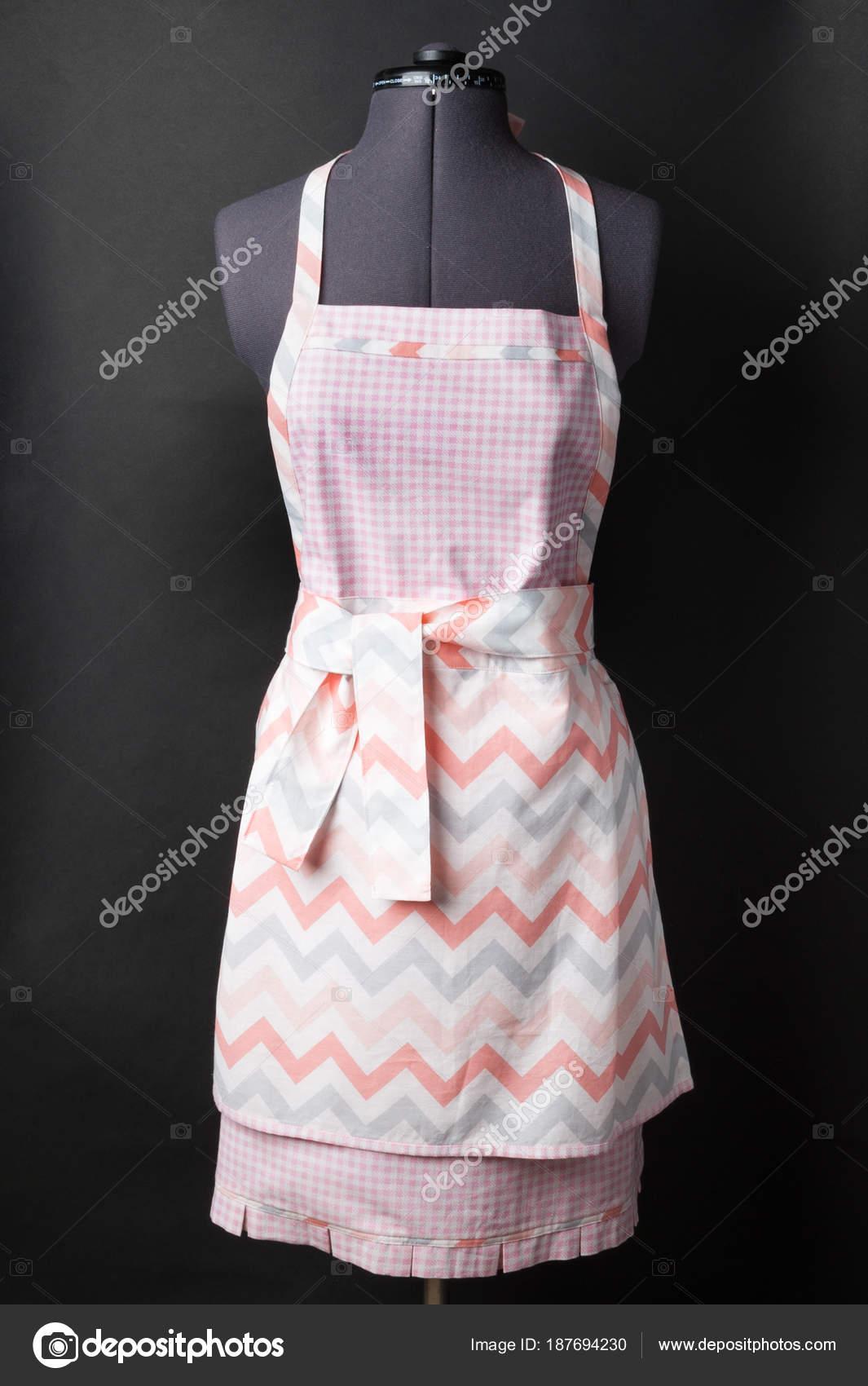 kitchen aprons aid gas grill 黑色厨房围裙 图库照片 c garry518 187694230 女性厨房围裙在一个黑色背景的人体模特身上 照片作者garry518