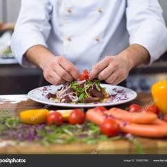 Kitchen Chef Decor Funnels 厨师厨师装饰装饰准备餐盘在餐馆商业厨房 图库照片 C Shock 195857060