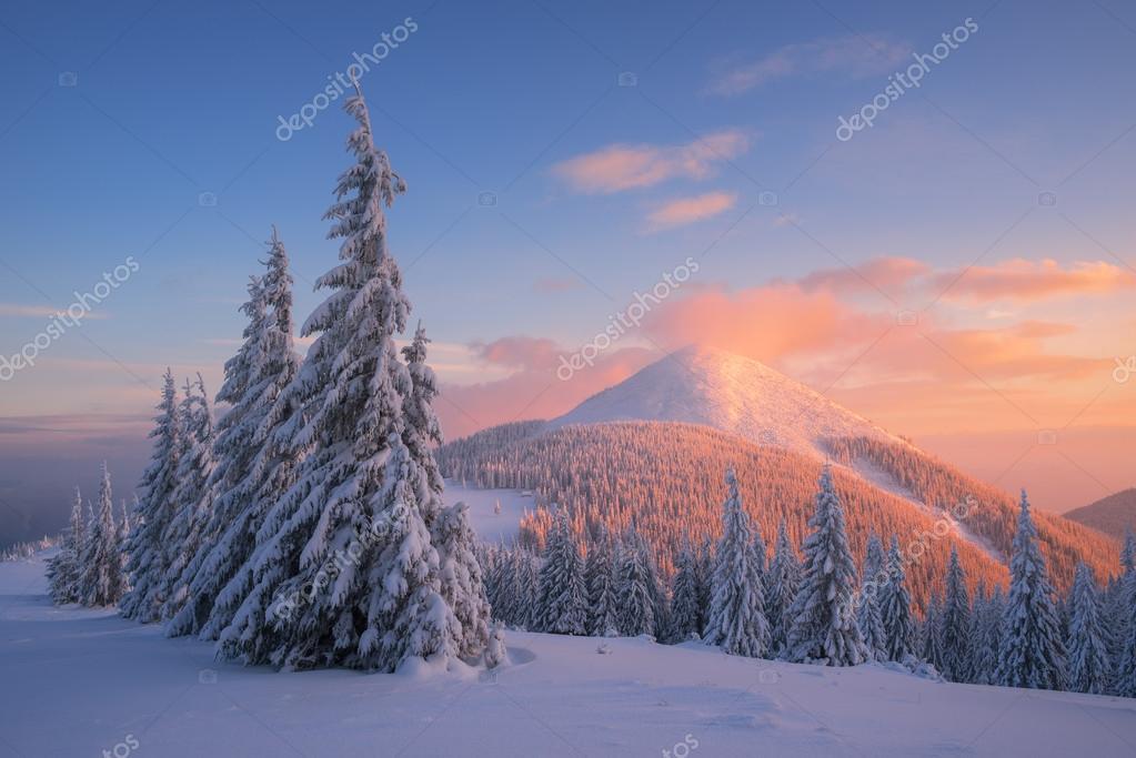 Paesaggio di Natale in montagna inverno al tramonto  Foto