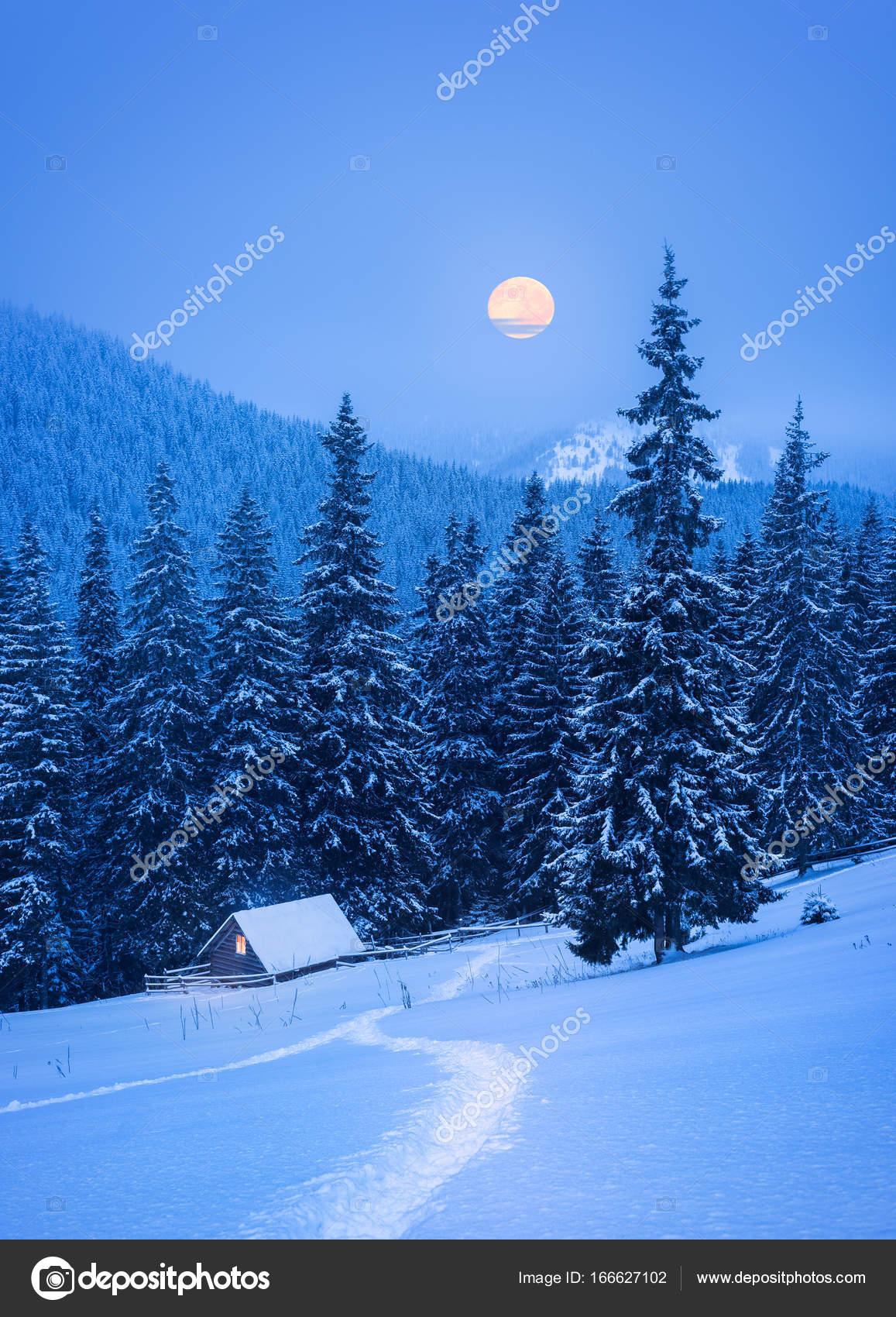 Paesaggio di Natale con una casa in montagna  Foto Stock