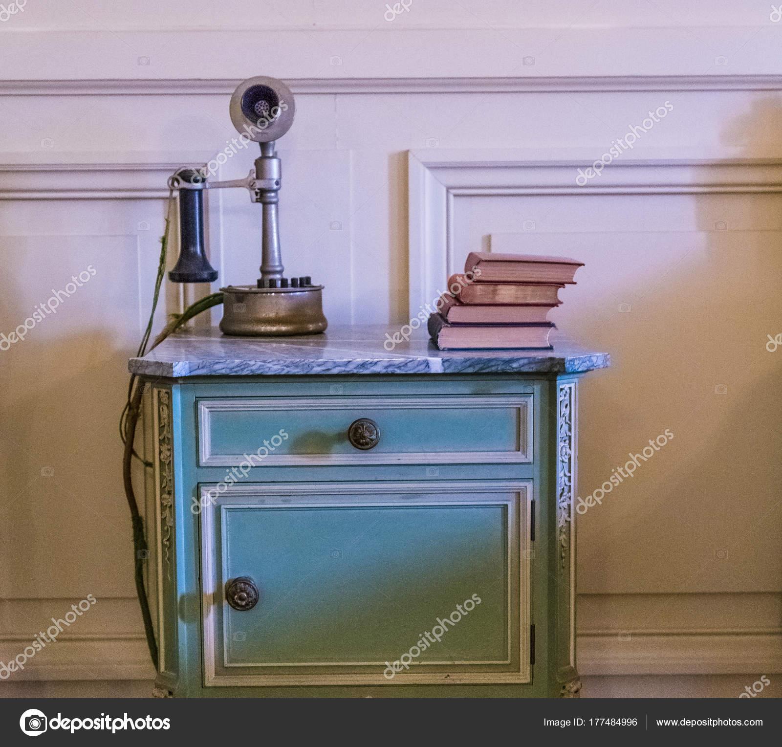 antique kitchen table barn doors 老式床头桌上的古董电话 图库照片 c dbvirago 177484996
