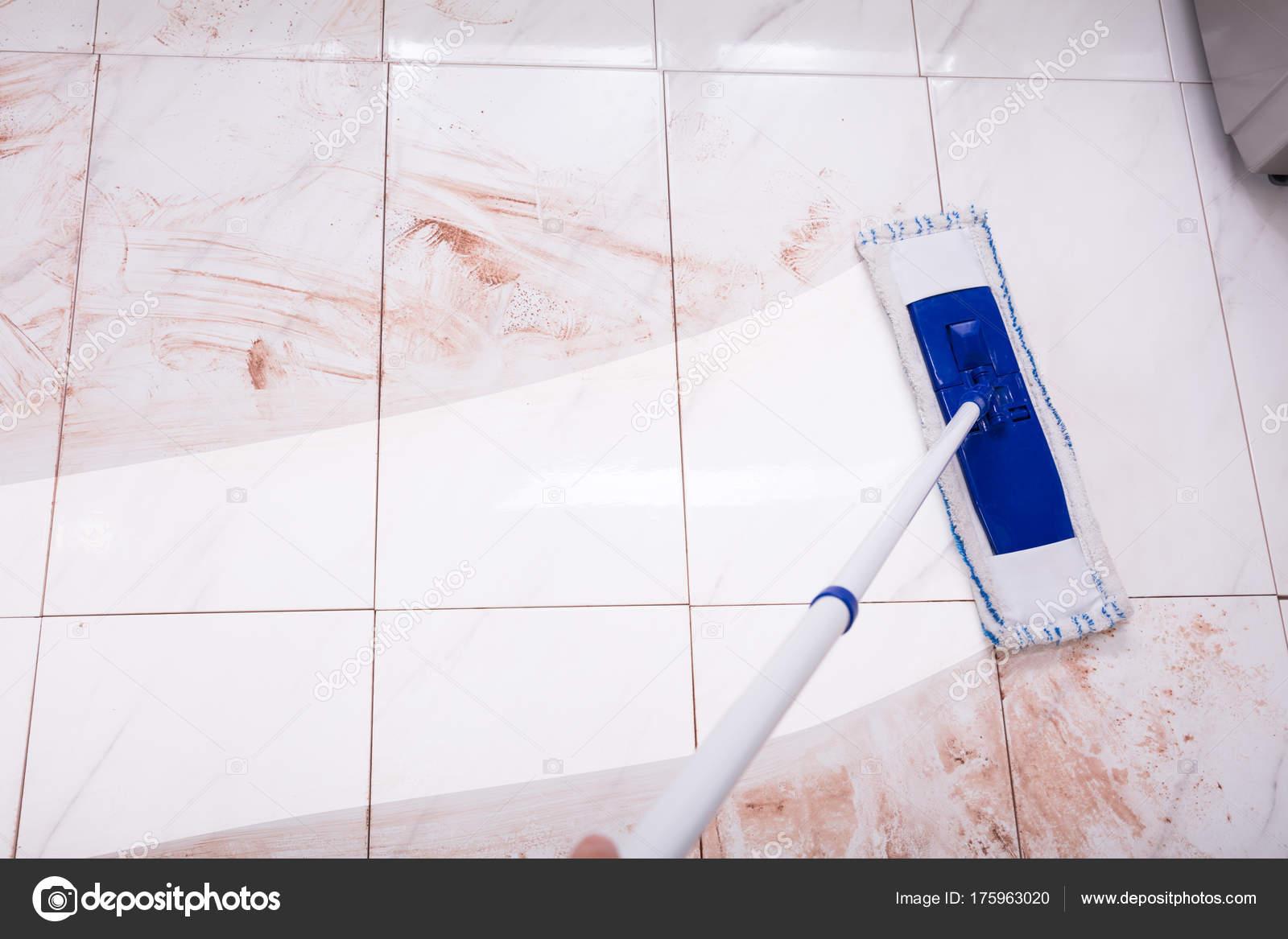 cleaning kitchen floors glass cabinet 拖把清洁厨房地板 图库照片 c andreypopov 175963020