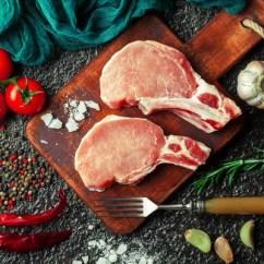 Metal Kitchen Tables Cabinet Hardware Drawer Slides 在厨房桌子上的生肉在一个金属背景在一个成分与烹饪配件 图库照片 在厨房桌子上的生肉在一个金属