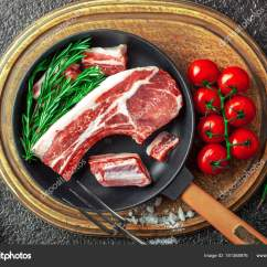 Metal Kitchen Tables Ideas On A Budget 在厨房桌子上的生肉在一个金属背景在一个成分与烹饪配件 图库照片