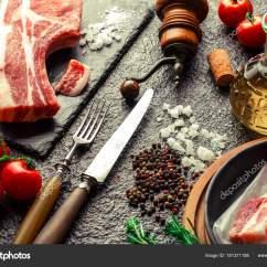 Metal Kitchen Tables Counters Ikea 在厨房桌子上的生肉在一个金属背景在一个成分与烹饪配件 图库照片