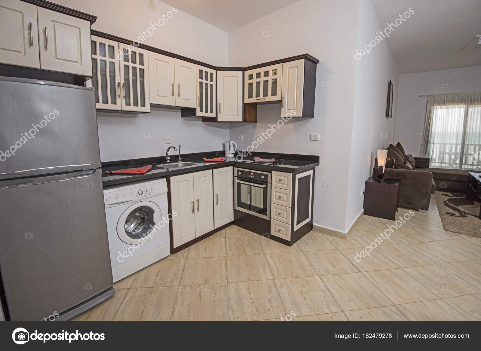 burgundy kitchen decor aid bowls 中显示家庭公寓的厨房室内装饰设计 图库照片 c paulvinten 182479278
