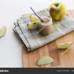 Ellas Kitchen Baby Food Cabinet Pricing Jar 与苹果果泥或婴儿食品在桌子上 图库照片 C Syda Productions 167803046 婴儿食品 健康饮食和营养的理念 苹果水果原浆上木制的板和厨房毛巾玻璃罐 照片作者syda