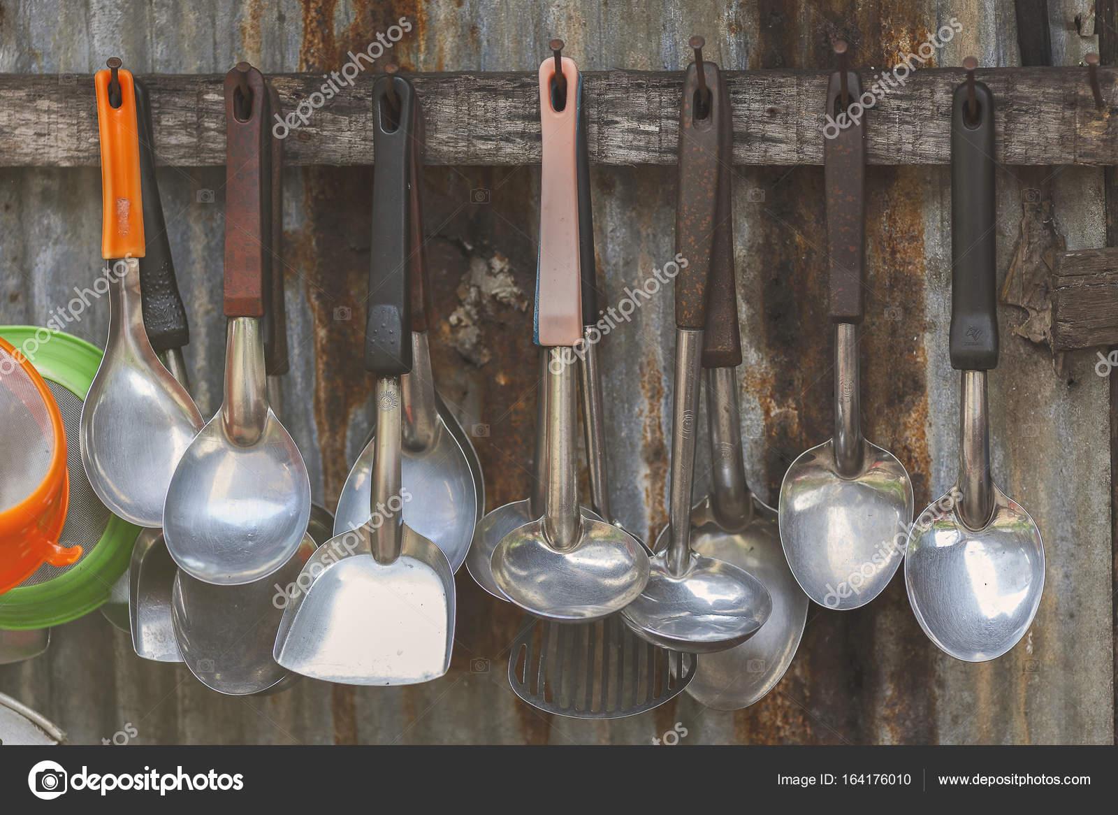 zinc kitchen table remodeling pittsburgh 厨房容器挂旁边旧锌木头背景 图库照片 c songpolpratummet yahoo com