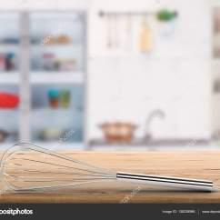 Kitchen Whisk Water Filter 与厨房背景柜台上钢丝拂尘 图库照片 C Phonlamai 138238966 3d 渲染钢丝拂尘在柜台与厨房背景上 照片作者phonlamai