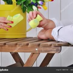 Kitchen Swags Curtins 婴儿赃物在未来的父母手中 图库照片 C Alena0509 186941160