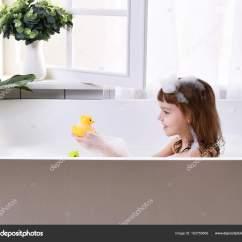 Kitchen Sink Baby Bath Tub Mobile Trailers 快乐的小女孩孩子坐在浴缸里的浴室 图库照片 C Dml5050 183759856 快乐的小女孩坐在浴缸里的浴室里 婴儿沐浴在靠近窗户的泡沫沐浴中的肖像 照片作者dml5050