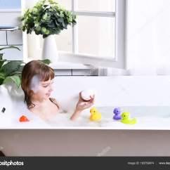 Kitchen Sink Baby Bath Tub Childrens Set 快乐的小女孩孩子坐在浴缸里的浴室 图库照片 C Dml5050 183759874 快乐的小女孩坐在浴缸里的浴室里 婴儿沐浴在靠近窗户的泡沫沐浴中的肖像 照片作者dml5050