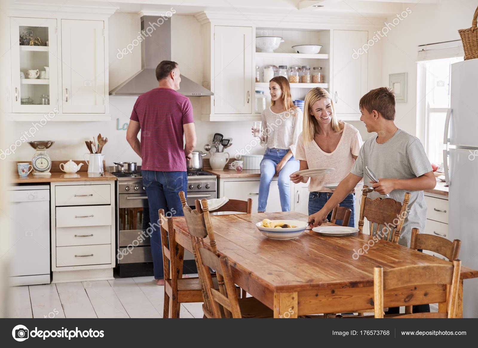 Imgenes cocinas para descargar  Familia de poner mesa